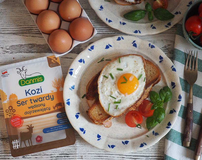 Sandwich śniadaniowy z wędzonym kozim serem i jajkiem sadzonym
