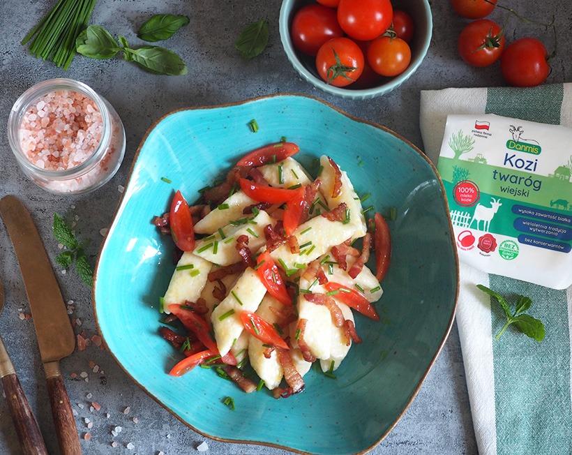 Kluski leniwe z koziego twarogu z boczkiem i pomidorami